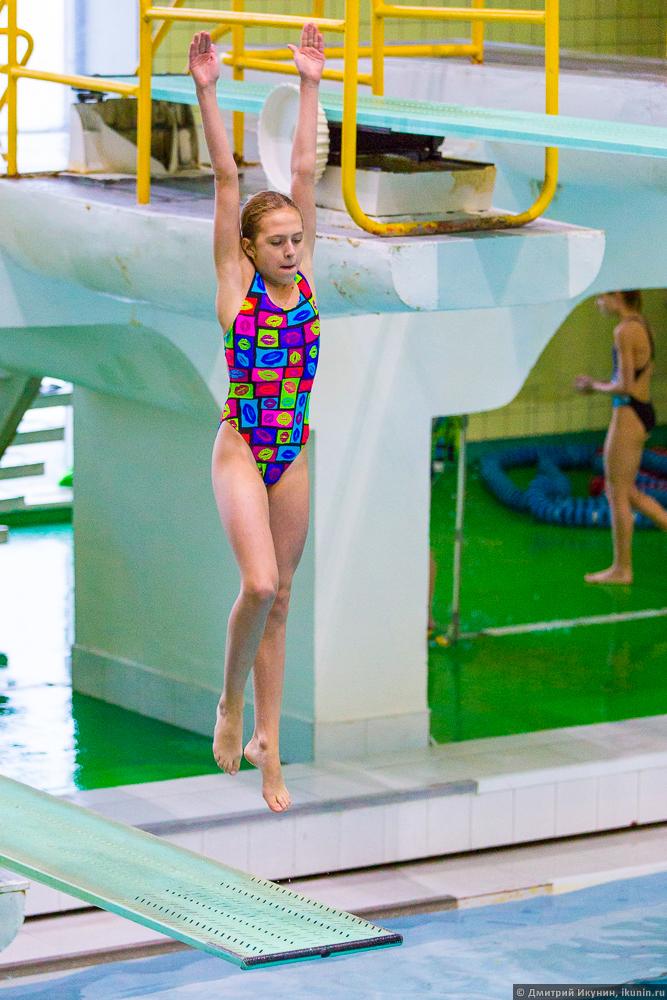 sorevnovanie-gimnastka-prigaet-na-chlen-videorolik