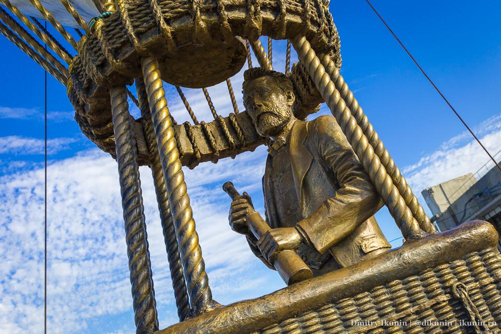 Памятник Жюль Верну на воздушном шаре